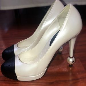 Chanel White & Black Leather Classic Heel w Pearl